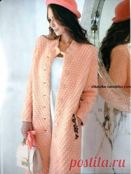 Пальто для модниц Пальто для модниц крючком. Классическое женское пальто из рельефных столбиков