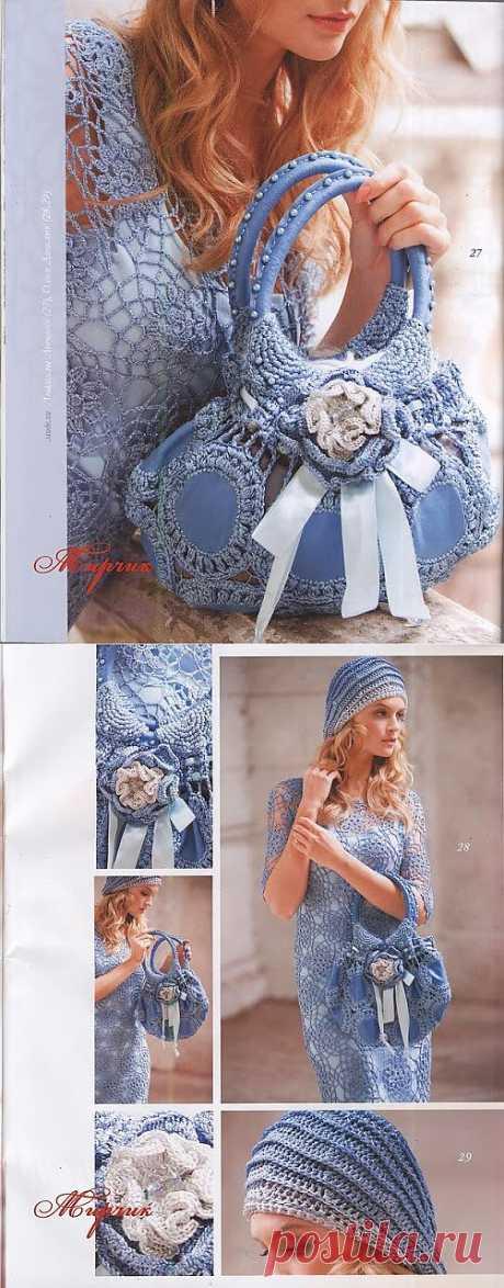 Платье, берет и голубая сумочка.