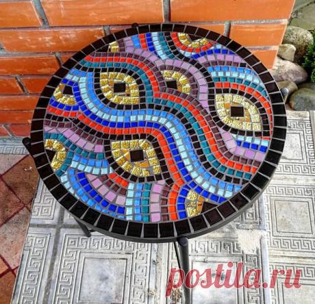 Столешница украшена мозаикой ручной работы