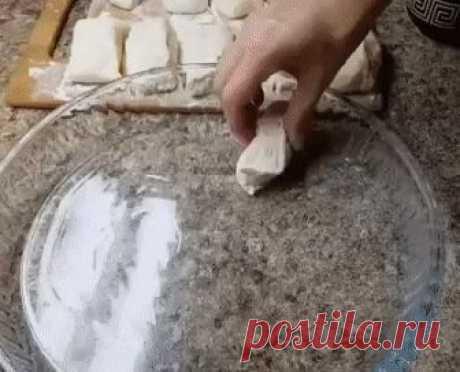 Хлеб по такому рецепту получается очень мягким, воздушным, с красивой корочкой. Хлеб по такому рецепту получается очень мягким, воздушным, с красивой корочкой.  Ингредиенты:  1,5 ст. тёплой воды  1 ст. тёплого молока  1 ч л дрожжей  2 ч л сахара  1 ч л соли  5,5 стаканов муки (1 стакан = 200 гр)  Желток 1 яйца.  Растительное масло.  Приготовление:  Замесить мягкое тесто. Оставить на 30 минут. Разделить на части. Выложить в форму для выпечки. Дать отдохнуть тесту минут 10. ...
