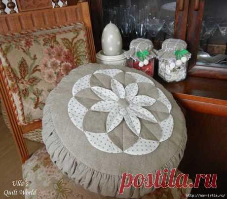 Подушка с цветком в технике лоскутного шитья