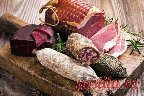 Ветчины и колбасы: вкусные и опасные Среднестатистический европеец - мясоед. Он съедает ежедневно 77 грамм разнообразных мясных продуктов, хотя ВОЗ рекомендует употреблять не больше 50 граммов в сутки. Специалисты, а также авторы недавнего отчета ВОЗ о влиянии употребления мяса и колбасных изделий, придерживаются мнения, что в небольших количествах эти продукты являются ценным дополнением к разнообразному рациону. Но нельзя забывать и о «темной стороне» колбас и ветчин. А ...