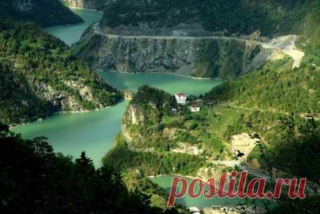 Հայկական Լեռնաշխարհ/Armenian Highland-Ճորոխ գետ,Choruh Հայկական բարձրավանդակ, պատմաաշխարհագրական տարածք, հայ ժողովրդի բնօրրան։  Ճորոխը պատկանում է Սև ծովի ավազանին: Հնում կոչվել է Վոհ (Ոհ), Ակամսիս, Փասիս, ըստ Հակոբ Մանանդյանի՝ Ապսարուս: Գետի երկարությունը 360 կմ է, ջրհավաք ավազանի մակերեսը՝ 19.8 հազ. քառ կմ: Ճորոխ գետը սկիզբ է առնում Ճորոխի լեռնաշղթայի Չորմայրի գագաթից, սկզբում հոսում է դեպի արևմուտք, ապա շեղվում հյուսիս, անցնում Բաբերդի միջով, Լորի (Բլուր) վտակն ընդունելուց հետո