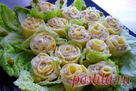 Закуска из сыра «Розы для милых дам»   Ингредиенты:  Сыр плавленый ломтевой 2 упаковки.  Куриная грудка 200 г.  Показать полностью…