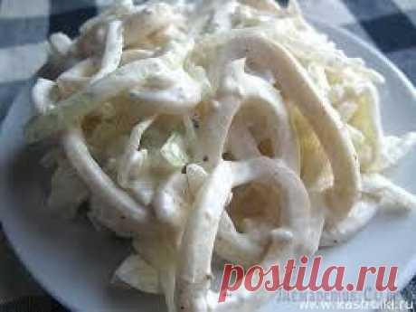 Салат из кальмаров простой и вкусный, сахалинский салат с яйцом =Нам потребуется:  500 грамм отваренных тушек кальмара  Одна маленькая салатная луковица  4 отваренных вкрутую яйца  Соль и перец по вкусу  Сметана или майонез по жалению  три ложки столовых зелёного горошка  Приготовление: =Отвариваем тушки кальмара и яйца. Нарезаем кальмар соломкой, яйца кубиками, лук тонкими полукольцами. Смешиваем всё в миске, добавим горошек, посолим, поперчим, заправим сметанкой.
