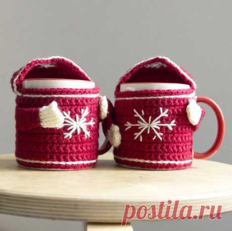 Вязаный чехол-свитер на кружку из полушерсти красного цвета с белым рисунком и инициалами вид