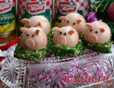 Закуска «Гламурные свинки». Ингредиенты: яйца куриные, кукуруза консервированная, горошек зеленый консервированный Закуска — это изюминка любого праздничного стола! Оригинальные и нарядные закуски возбуждают аппетит и создают праздничное настроение. Поэтому такие симпатичные румяные свинки — символ наступающего года, отлично будут смотреться на Новогоднем столе! Изюминка этих поросят в том, что они скрывают в себе разные виды начинок, что заставит гостей еще не раз обратит...