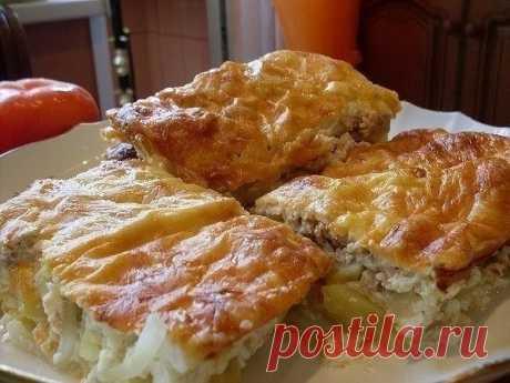 Рыбная запеканка  Ингредиенты: Яйца – 3 Сайра или горбуша – 1 банка Картофель – 3-4 шт. Лук – 1 Сметана – 250мл Майонез – 250мл  Приготовление: 1.Смешайте яйца, сметану и майонез. 2.Остальные компоненты выложите слоями в форму для запекания: 1 слой – картофель, нарезанный кружочками; 2 слой – лук, нарезанный полукольцами; 3 слой – размельченная рыбная консерва. Залейте все слои смесью майонеза, яиц и сметаны. По желанию можно посыпать сверху тертым сыром. Запекайте в дух...