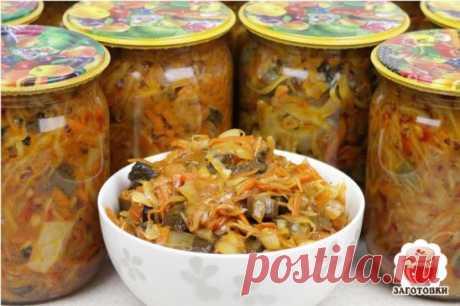 Капустная солянка с опятами   Капустная солянка – одна из самых универсальных заготовок, ее можно использовать для рагу и супа, брать как начинку в пирог, она отлично идет как самостоятельное блюдо. Солянка – блюдо, относящееся к старинной русской кухне. Так называли суп, приготовленный на концентрированном бульоне и тушеную капусту с грибами или мясом. Основу грибной солянки составляют капуста и грибы. Можно приготовить такое блюдо и сразу его съесть, а также удобно сделать с ним консервацию.
