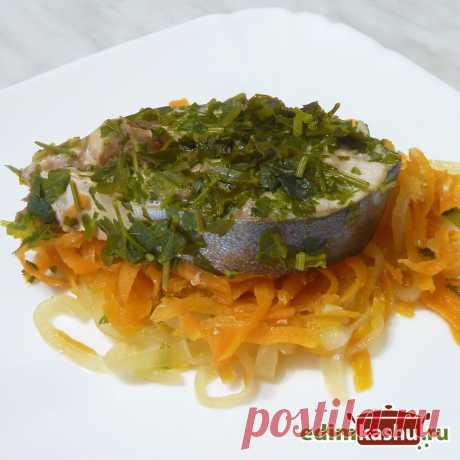 Тунец на сочной подушке из овощей - вкусное самодостаточное блюдо, которое не требует гарнира и готовится очень просто.