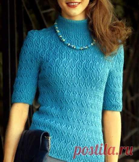 Пуловер фантазийный узором Вязаный спицами пуловер фантазийный узором с короткими рукавами и воротником-стойкой.