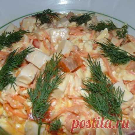 Оригинальный салат с копченой курицей готовится за считанные минуты