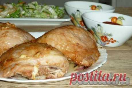 Куриные бедрышки, запеченные в духовке - 6 пошаговых фото в рецепте Хочу поделится рецептом приготовления очень вкусных, с золотистой корочкой, сочных куриных бедрышек, запеченных в духовке. Сделать это блюдо достаточно просто, поэтому оно замечательно подойдёт на ужин или обед. Попробуйте! Ингредиенты