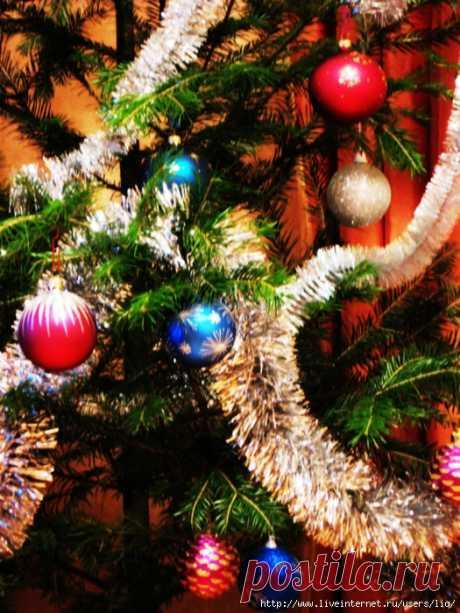 Украшаем новогоднюю ёлку...  По-настоящему приподнятое предновогоднее настроение приходит ко мне с появлением в доме живой ели, с ее хвойным ароматом. И сразу посещают волнующие воспоминания из детства, и наполняется все вокруг …