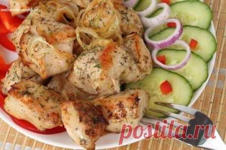 Вкусный, сочный, ароматный шашлык в мультиварке.  Ингредиенты: 1 кг мяса (телятина, свинина, филе курицы или индейки - на Ваш вкус)  Для маринада: 2 киви 2 болгарских перца 4 репчатых лука соль, перец, молотый кориандр – по вкусу  Приготовление: 1. Любой шашлык, даже если он готовится в мультиварке, конечно же, начинается с маринада. Коль это блюдо уже необычное, то и маринад сделаем соответствующий. Итак, для начала снимем кожицу с киви и очистим 2 луковицы. Теперь отправ...