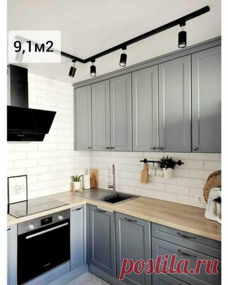Современная кухня на 9,1 кв.м. Над кухней использовали точечный свет и также расположили светильники над столом.
