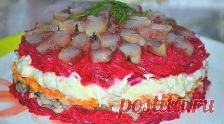 Очень вкусный салат с сельдью. Салат с сельдью даже вкуснее, чем обычная и привычная нам «селедка в шубе»                        Ингредиенты  Крупная свекла — 1 шт. Средняя морковь — 1 шт. Яйца — 2 шт. Небольшая сельдь — 1 шт. Маринованные грибы — 150 гр. Майонез или сметана  Приготовление Вареные свеклу,…