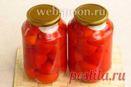 Los tomates conservados por las mitades