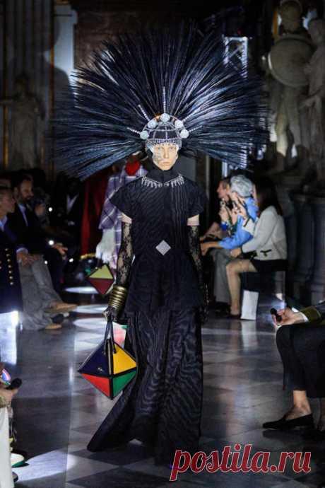 Gucci — самый влиятельный бренд этого года Gucci круиз 2020Два раза в год поисковая система Lyst, которая заточена под поиск вещей и брендов, составляет список наиболее влиятельных компаний в мире