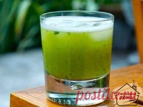 Мятный лимонад, способный умерить аппетит, пьем перед едой. Ингредиенты: 2-3 лимона, 2.5 литра воды, 1 небольшой пучок мяты, 0.5 стакана сахара Приготовление: Из лимонов выжать сок через насадку для цитрусовых. Воду вскипятить с сахаром, добавить корки от лимона и мяту, проварить 5-7 минут, затем кастрюлю погрузить в емкость с холодной водой и дать полностью остыть. Убрать из остывшего сиропа мяту и лимонные корки, сироп процедить в кувшин, добавить выжатый лимонный сок, перемешать, хорошо о