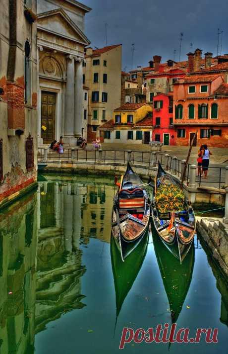 В Венеции 425 гондольеров, это число не меняется вне зависимости от выхода на пенсию и/или прибытия новых членов. Венеция, Италия