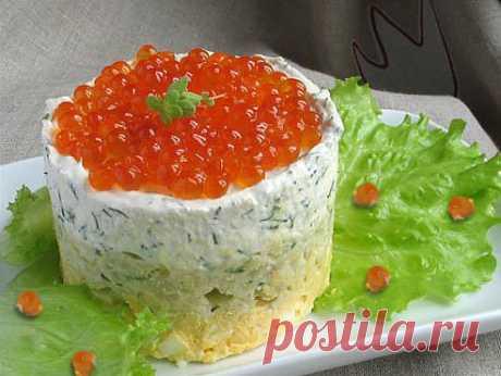 Ингредиенты  200 г мягкого сыра 150 г сметаны 100 г красной икры 200 мл шампанского 5 яиц 1 большая луковица 2 ст.л сливочного масла 5 ст.л майонеза зелень соль перец