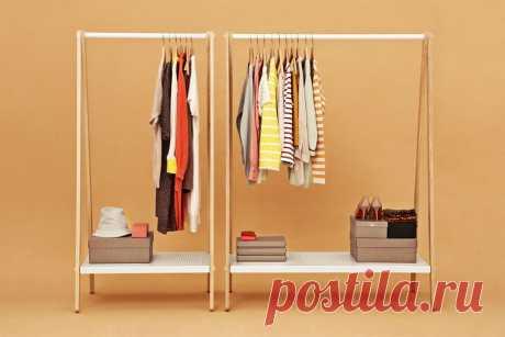 Открытый гардероб с помощью напольных вешалок.