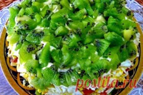Салат Изумрудная россыпь. Салат Изумрудная россыпь очень эффектно  смотрится на богатом праздничном столе, который  уставлен вкуснейшими яствами и восхитительными   праздничными салатами.