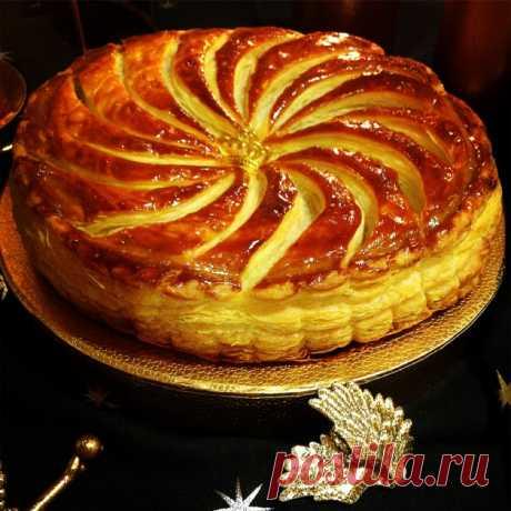 """Про """"Пирог королей""""  и слоеное тесто пирог королей, или галет де руа этот традиционный для Франции пирог пекут, едят и угощают им весь январь, начиная с 6-го. По традиции в нем запекаю боб, или маленькую фигурку, а едок, которому он дост…"""