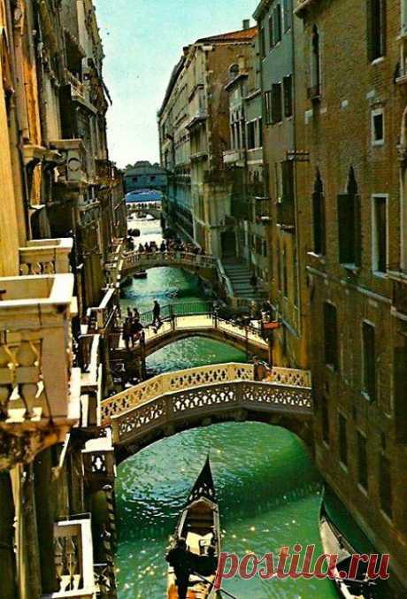 Венеция состоит из двух частей: материковой, промышленно - портовой части (Местре) и островной, культурно-исторической частью (с ней и ассоциируется для всех людей мира Венеция). Эти части города соединяет мост. Венеция, Италия