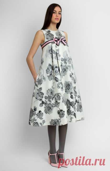 Tauranne Платье А-силуэта без рукавов из жаккардового хлопка с кокеткой и складками на груди. Отделка лентой. Потайная молния на спине. Внутренние карманы в боковых швах. На фото: модель ростом 176 см, размер S.
