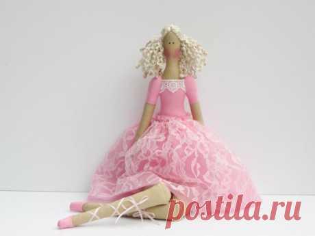 Кукла Тильда: выкройки и мастер классы по созданию куклы Тильды своими руками Многие, услышав название этой куклы, не сразу и поймут, о чем идет речь, именно поэтому немного поясним. Кукла Тильда – это разновидность тряпичной куколки, автором которой является известный