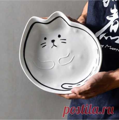 Крупная керамическая тарелка в виде кошки с забавно сложенными на животе лапками.