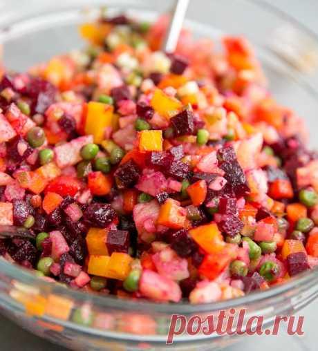 Винегрет   Классический рецепт традиционного салата из вареных свёклы, картофеля, моркови с солеными огурцами и зеленым горошком.