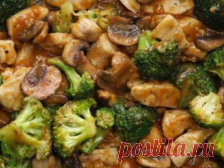 Курица с брокколи и грибами в соусе.