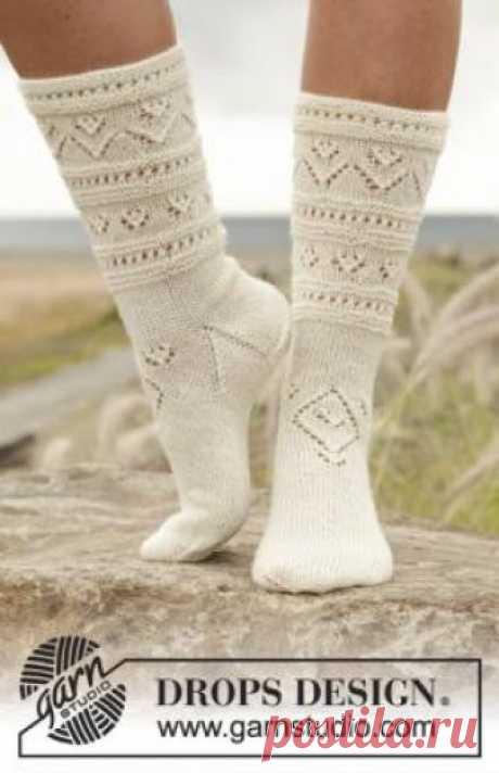 Носки светлая сторона Интересные носки спицами для женщин, выполненные из тонкой носочной пряжи с добавлением полиамида. Вязание ноской осуществляется классическим...