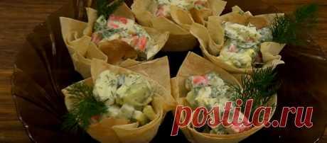 Вкуснейший рецепт блюда из лаваша Кулинарный блогер смазала яйцом лаваш… Когда блюдо отправили в духовку, случилось маленькое чудо! К праздничному столу хозяйки то и дело готовят разнообразные салаты. Наша редакция предлагает необычную порционную подачу этого блюда в корзинках из лаваша. Такой вариант угощения идеально подойдет для