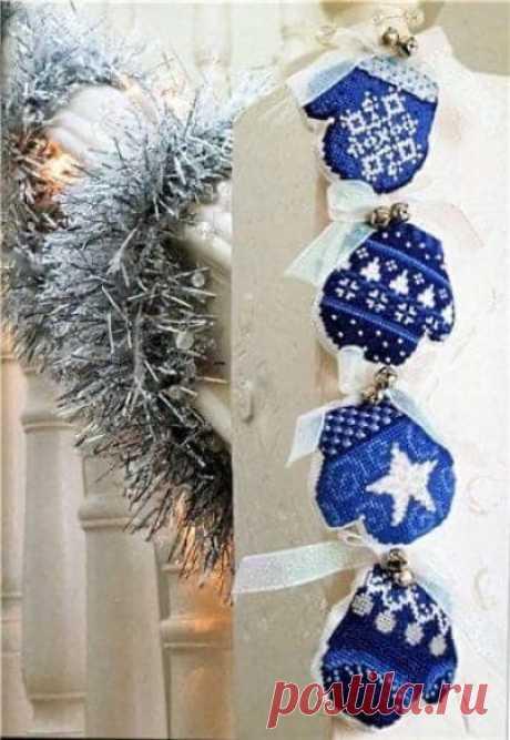 Веселые рукавички- Вышивка крестом новогодних игрушек на ёлку