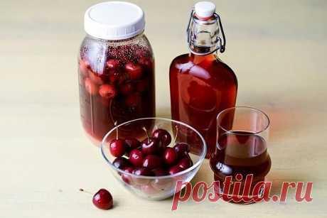 Для приготовления вишневого ликера применяются полностью вызревшие ягоды вишни, причем вместе с косточкой. Примечательно то, что при настаивании ядро косточки дарит напитку горьковатый привкус наряду с ароматом миндальных орехов.  Состав:  вишня 3 кг сахар 2 кг водка 1 литр  Приготовление:  Отбираем самую вкусную, самую зрелую вишню. Моем перебираем – испорченных ягод не должно быть. Засыпаем в 3 литровую бутыль. Сверху засыпаем 1 кг. сахара и выливаем половину водки. Даем...