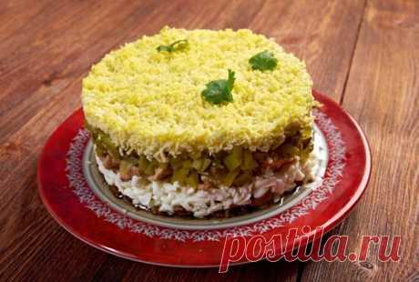 Домашний Уют Салат с печенью трески  Ингредиенты Картофель (отварной) – 2-3 шт. Яйца (вареные) – 3 шт. Морковь (вареная) – 3 шт. Твердый сыр – 300 г Печень трески – 1 б. Майонез – по вкусу Способ приготовления Первый слой – натертый вареный картофель. Промазываем его майонезом.  Сверху укладываем второй слой – печень трески.  Следом идет – белок отварного яйца. Его также промазываем майонезом.  Четвертый слой – натертая на средней терке морковь. Снова майонез.  Завершающий...