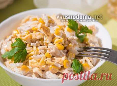 Простой и вкусный салат «Нежность»  Ингредиенты:Куриное филе — 400 грЯйца — 6 штКонсервированная кукуруза — 350-400 гр1 большая маринованная луковицаМайонез Как приготовитьсалат «Нежность» Самое первое, что нужно сделать для этого сал…