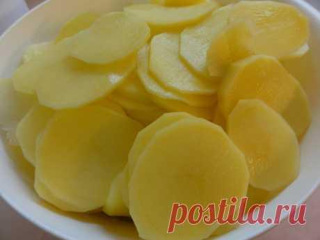 Вкусный картофель, запеченный в кефире под сыром