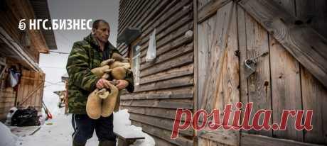 Ремесленник-самоучка из Академгородка возрождает умирающий народный промысел — он завел стадо баранов и продает обувь из шерсти по 3 тысячи за пару.