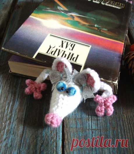 Весёлая закладка в технике амигуруми. Символ Нового года белая крыска Снежа. Сделает чтение вашего ребёнка и ваше весёлым,  поднимет настроение, даже если вы читаете самый страшный роман ужасов :) По всем вопросам усыновления пишите в директ. https://www.etsy.com/shop/JuLioToysand?ref=seller-platform-mcnav