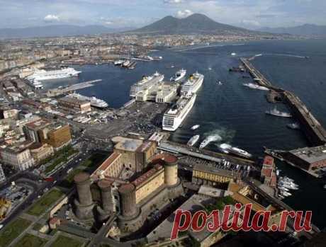 Отправляемся отдыхать на юг Италии - в Неаполь - /  Если поехать в Италию и ограничить себя только парой экскурсий по Риму, включая Колизей, или шопингом по ухоженному Милану, то можно никогда не увидеть эксцентричную, шумную и очень красивую страну