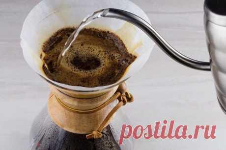 Кемекс — это стеклянный сосуд, который похож на песочные часы. При приготовлении кофе в верхнюю его часть вставляется бумажный фильтр, в который насыпается молотый кофе. После этих манипуляций в кемекс наливается горячая вода, которая постепенно проходит через молотый кофе.  Использование кемекса позволяет значительно смягчить вкус напитка. Это достигается за счёт того, что кофе довольно долго контактирует с кислородом. Одним из главных условий хорошего напитка, приготовле...