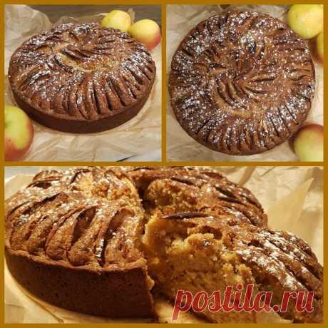 Очень вкусный яблочный пирог. Тесто пористое, влажноватое не как шарлотка. Да!мы с кастрюлькой