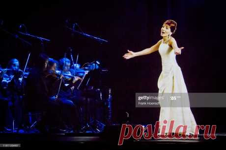 video-frame-grab-shows-the-hologram-of-maria-callas-gesturing-on-an-picture-id1181129487 (2048×1366)