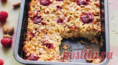 Здоровый завтрак: запеченная овсянка  Запеченная овсянка с яблоками и корицей может быть как вкусным и полезным завтраком, так и перекусом или десертом, который удобно взять с собой, разрезав на батончики.  Итого на 100 грамм 109 ккал Б/Ж/У 3 / 4 / 15  Ингредиенты:  Яблоки — 2 шт. Овсяные хлопья — 75 г Молоко 1% — 300 мл Яйцо — 1 шт. Разрыхлитель — 2 ч. л. Корица — 3 ч. л. Подсластитель — по вкусу Малина или любая ягода.  Приготовление:  1. Яблоки очистит...