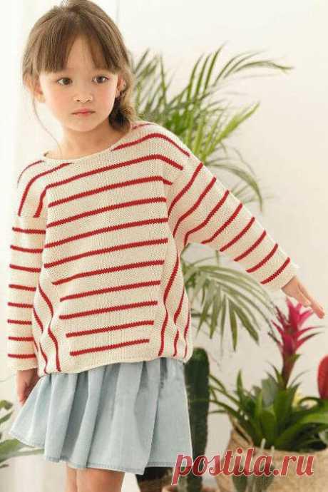 Белый пуловер в тонкую красную полоску
